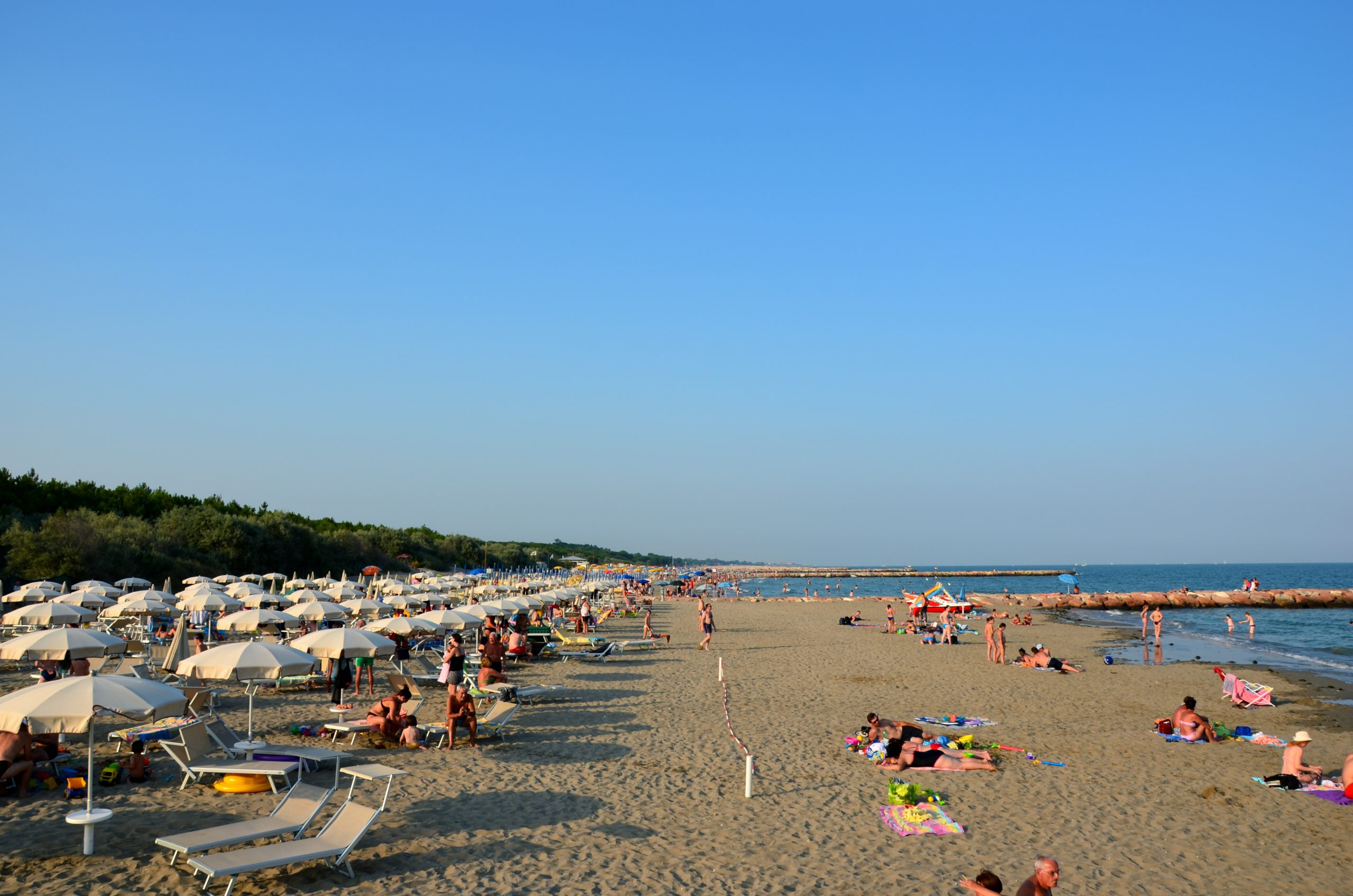 spiaggia con ombrelloni aperti e mare di Eraclea