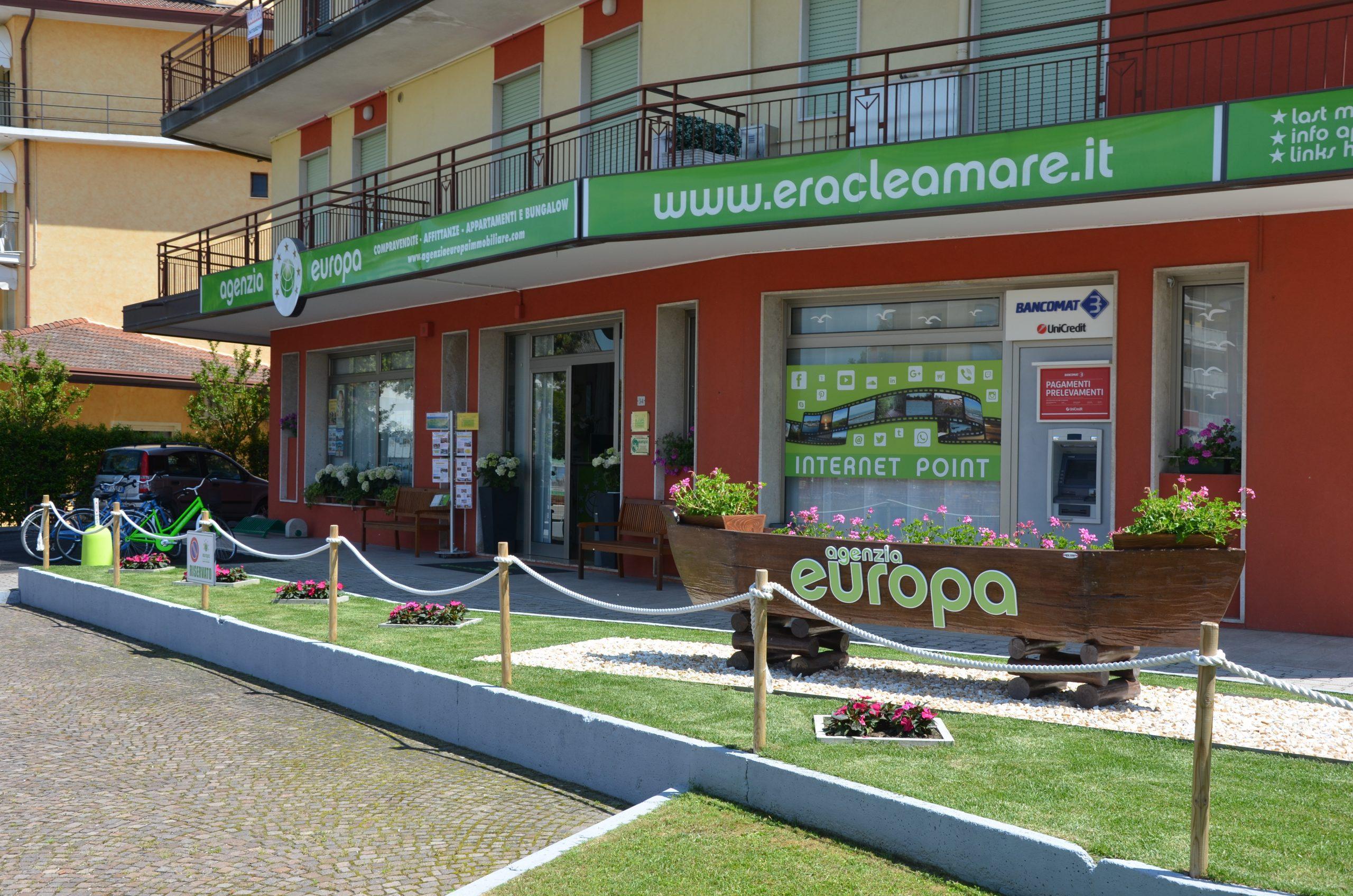Vista esterna dell'agenzia Europa con giardino
