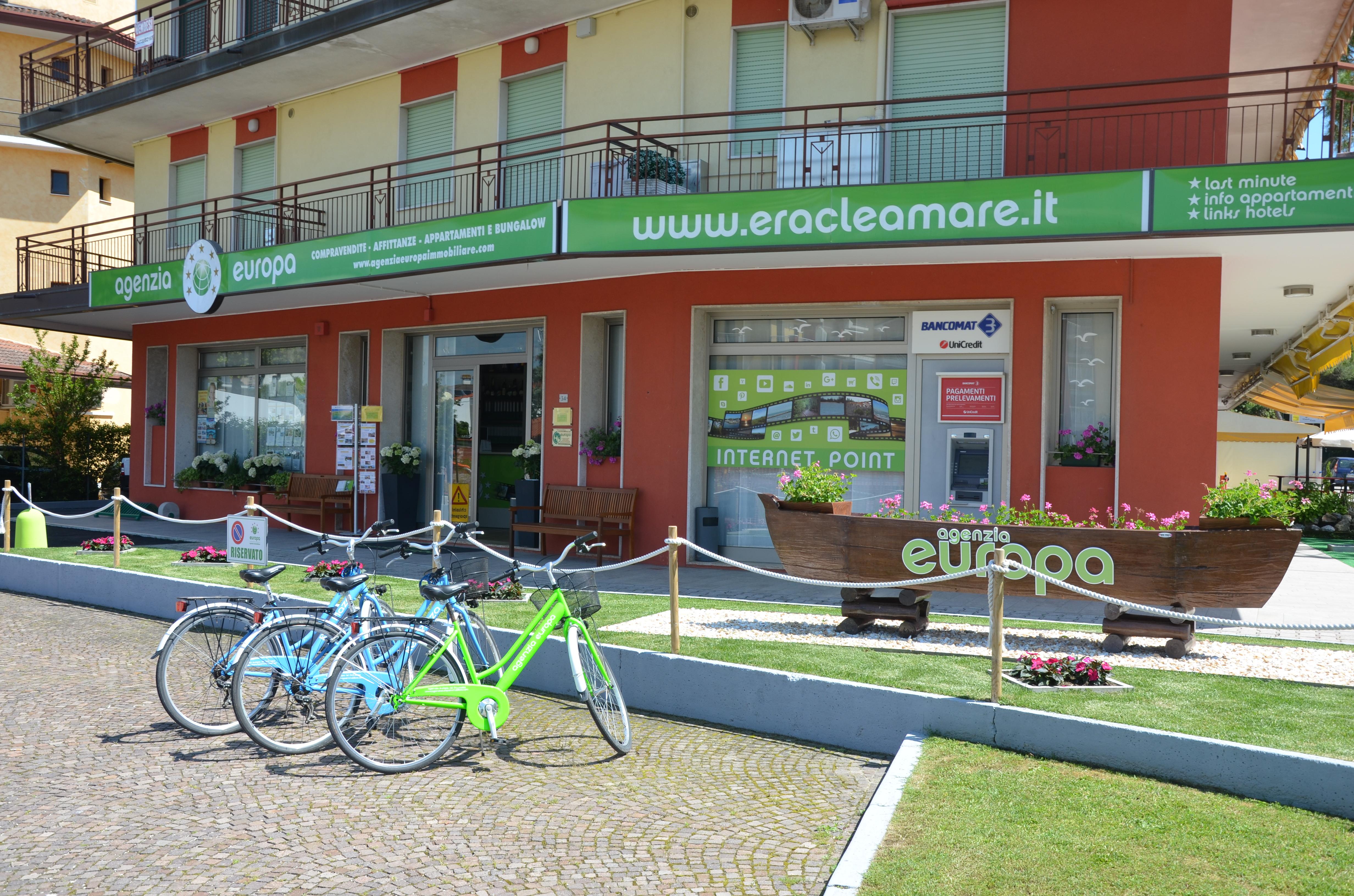 esterno agenzia europa con biciclette verdi